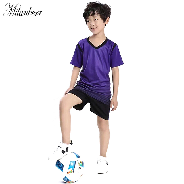 Niños fútbol deportes manga corta rayas chándal muchachos embroma fútbol  Jersey + Shorts estudiantes uniforme del af26fddb84e0c