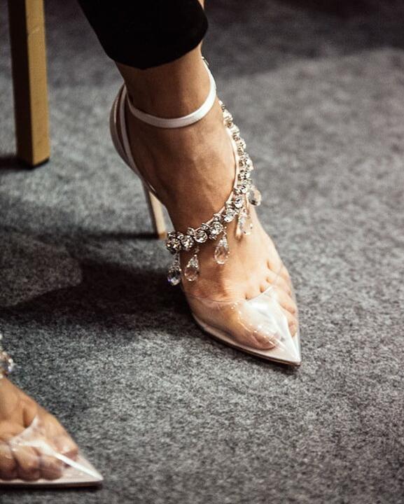 Luxe Clear PVC Hoge Hakken Puntschoen Vrouwen Crystal Fringe Pompen Satijn Terug Dames Enkel Gesp Sexy Elegante Bruiloft Schoenen-in Hoge Hakken van Schoenen op  Groep 1