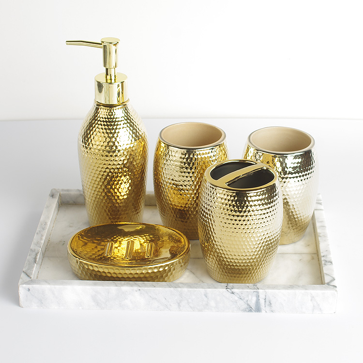 Ev ve Bahçe'ten Banyo Aksesuar Setleri'de 5 adet set Ev Yıkama fırçası bardak, Sıvı sabunluklar, Sabun Yemekleri moda altın seramik banyo aksesuarları seti'da  Grup 1