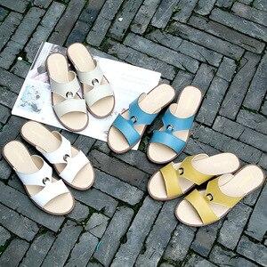 Image 5 - Dongnanfeng mulher mãe feminina senhoras sapatos sólidos sandálias de couro genuíno vaca plutônio praia verão deslizamento em casual tamanho 35 41 XLZ 223