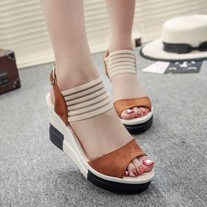 Image 3 - 女性ウェッジサンダル夏厚底靴の女性レジャースタイルハイヒールプラットフォームオープントゥ快適な女性靴SH030506