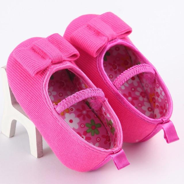 bb86349c2 Довольно детские белые ботиночки мягкая подошва цветочные новорожденных  девочек пинетки Впервые Уокер Мокасины детские тапочки для