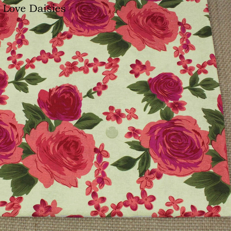 Quilting Craft Black Small printed Roses Floral 100/% Cotton Fabric Clothing