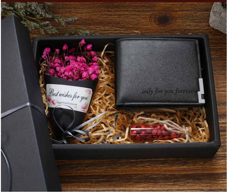 """מארז מתנה לגבר כמתנת ט""""ו באב שכולל ארנק, צנצנת סוכריות, וזר פרחים"""