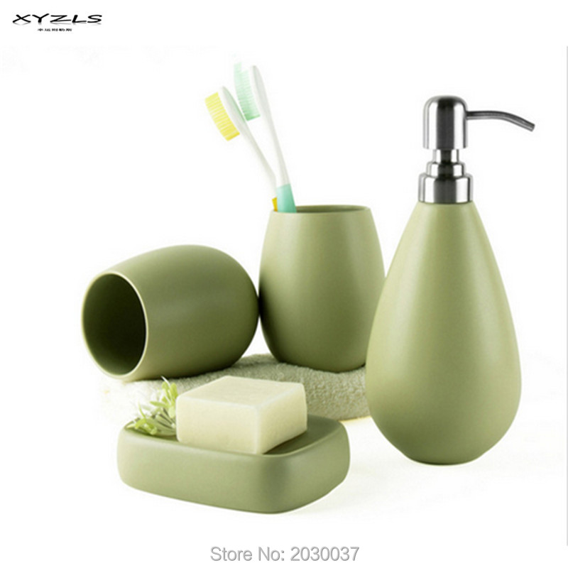 XYZLS 4 pz Ceramica Opaca di Colore Solido Portasapone Dispenser Bottiglia di Shampoo Tumbler Accessori Bagno Set 5 Clolors Disponibile