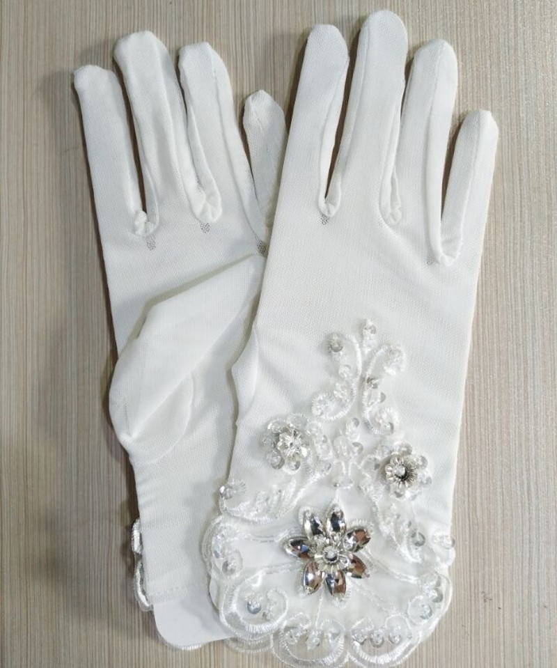 2018 Short White Tulle Brida Wedding Gloves Wrist Length Lace Appliqued Beaded Woman Bridal Party Gifts 2018 New Arrival in Bridal Gloves from Weddings Events