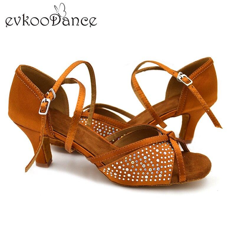 d3065abf78 Altezza del tacco 6 cm Confortevole Tan Raso Con Strass Formato DEGLI STATI  UNITI 4 12 Dancing Donne Professionali Latino Salsa Dance scarpe NL118 in  ...