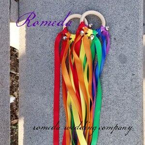 Image 2 - 20 pçs/lote Rainbow Color fita Mancha Fita Anel De Madeira Waldorf Com Sino de Mão Brinquedo Pipa para a Festa de Aniversário Favores