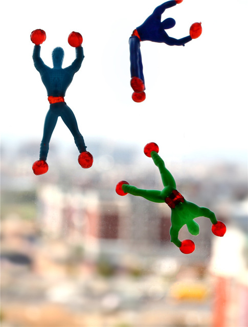 HOT 5 pz/lotto Spedizione gratuita arrampicata uomo ragno appiccicoso parete di arrampicata Superman nostalgico giocattoli per i bambini bambini WYQ