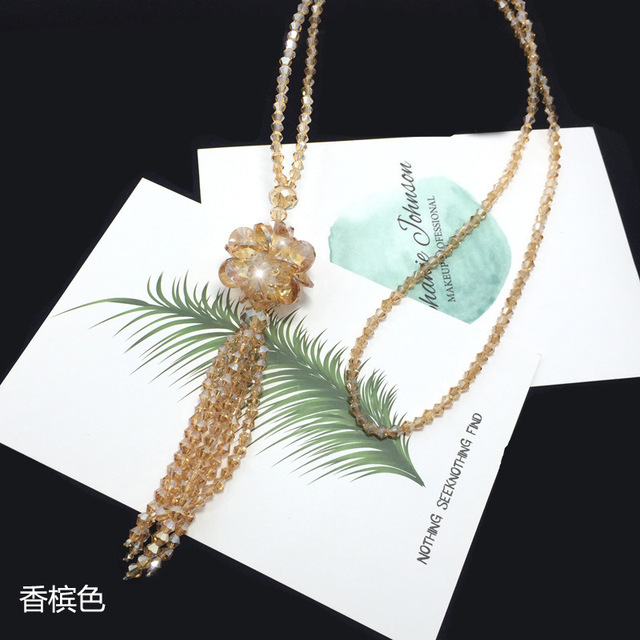 длинное ожерелье с кристаллами женский модный свитер трендовая фотография