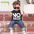 Sotida Conjuntos de Ropa de Bebé 2016 Nuevos Bebés de La Manera Ropa de Los Muchachos Carta Negro t-shirt + Imitación vaquero pantalones 2 unids juegos de Los Cabritos