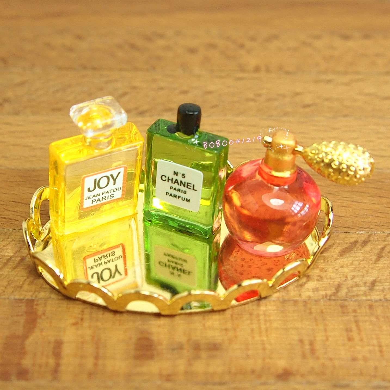 023 1:12  Miniatur Parfüm Flakons auf silbernen Tablett