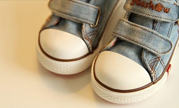 canvas shoes toe