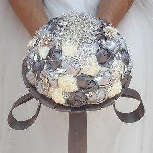 Image 2 - Diamante fita de seda strass rosa flores artificiais casamento nupcial bouquet cristal pérolas dama de honra prata bouquets PL001 D
