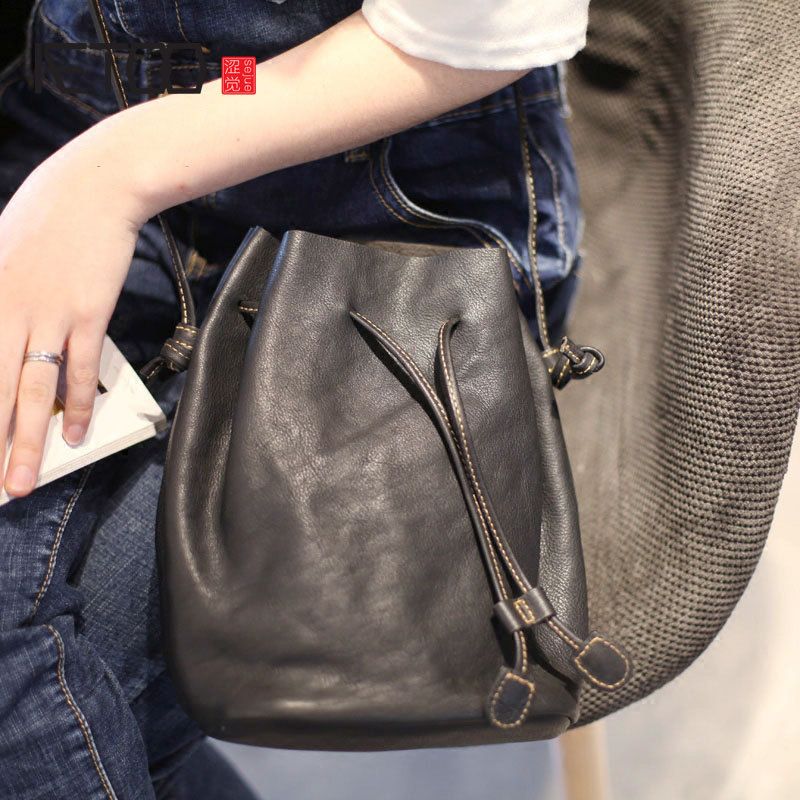 AETOO Leather black draw with the art of forest style bucket bag retro package simple wild