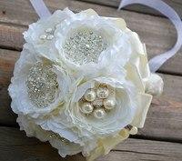 Белая обувь ручной работы труженики отдела брошь аксессуары невесты с цветами в руках