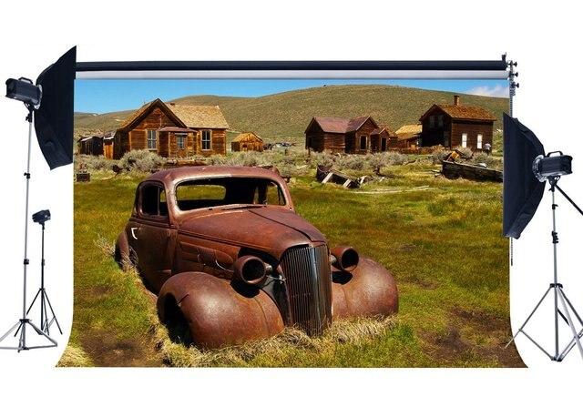 서쪽 카우보이 배경 농촌 오래 된 나무 집 배경 빈티지 ruined 자동차 산 녹색 잔디 초원 배경