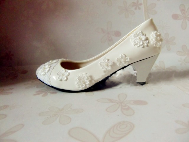 Elegant White Flower Round Toe Shoes Bride Wedding Shoes Lady Party Dress Shoes Women Evening Club Dress Shoes 1 design laser cut white elegant pattern west cowboy style vintage wedding invitations card kit blank paper printing invitation