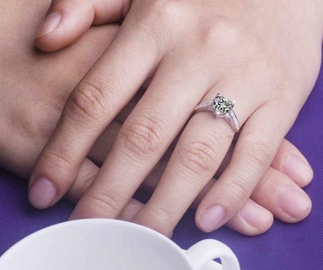 1กะรัตรูปหัวใจNSCDเพชรที่ยอดเยี่ยมแหวนแต่งงานสัญญาของขวัญปีใหม่สำหรับแม่ของแข็งแหวนเงินแท้