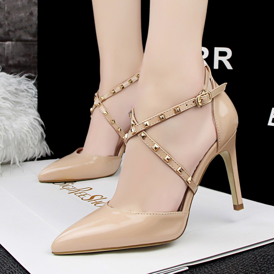 Zapatos de tacón alto de color marrón con tacones en punta en las bombas para mujeres E8a7uya