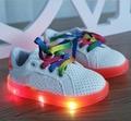 Nuevos 2016 zapatos de los muchachos de la manera Europea LED iluminado zapatillas bebé Pu zapatos de bebé Fresco envío libre