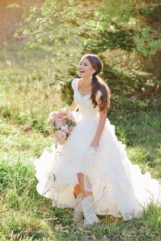 2019 Roamntic Country Lace Wedding Dresses Garden V-neck Cap Sleeves A Line Puffy Wedding Gowns Vesitos De Novia Bridal Dress