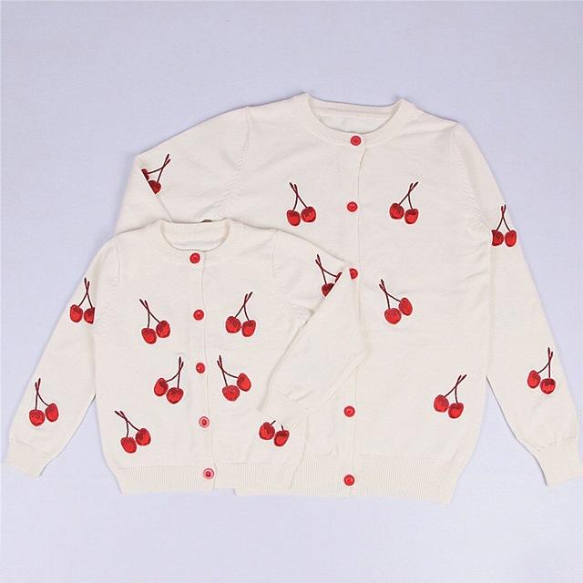 Más nuevo 2017 de los bebés de algodón cardigan de punto bordado cereza 1-5Y kids primavera otoño delgados suéteres de moda envío gratis