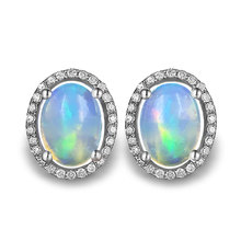 Wanita Alami Perhiasan Batu