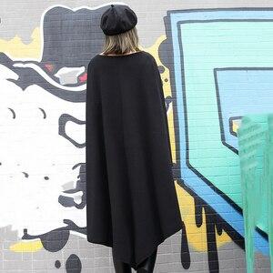 Image 4 - [EAM] 2020 جديد أسود فضفاض غير النظامية فستان س الرقبة كامل كم من جانب واحد ثنائي الجيوب الربيع الشتاء النساء المد الموضة JH484