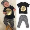 Мода 2016 лето baby boy одежда комплект одежды младенца хлопка с короткими рукавами золото печать футболки + брюки 2 шт. костюм Мамы мальчик