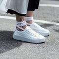 Estilo de las celebridades de Las Mujeres Atan Para Arriba Zapatos Aumento de la Altura Casual Low Top Zapatos Blanco Negro Suede Plataforma Al Aire Libre Zapatos de Mujer