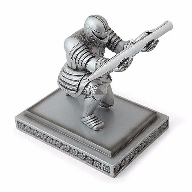 1 pc/pacote legal clássico resina cavaleiro ajoelhado caneta titular & caneta suporte para papelaria escola & escritório fornecimento