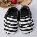 Comercio al por mayor 10 par/lote negro Raya blanca imprimir genuino real borla niños zapatos mocasines de cuero del bebé niños niñas niño recién nacido