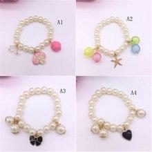 53868a14a267 Moda simulado perla niña pulsera forma Bowknot acrílico pulsera brazalete  de joyería para niños