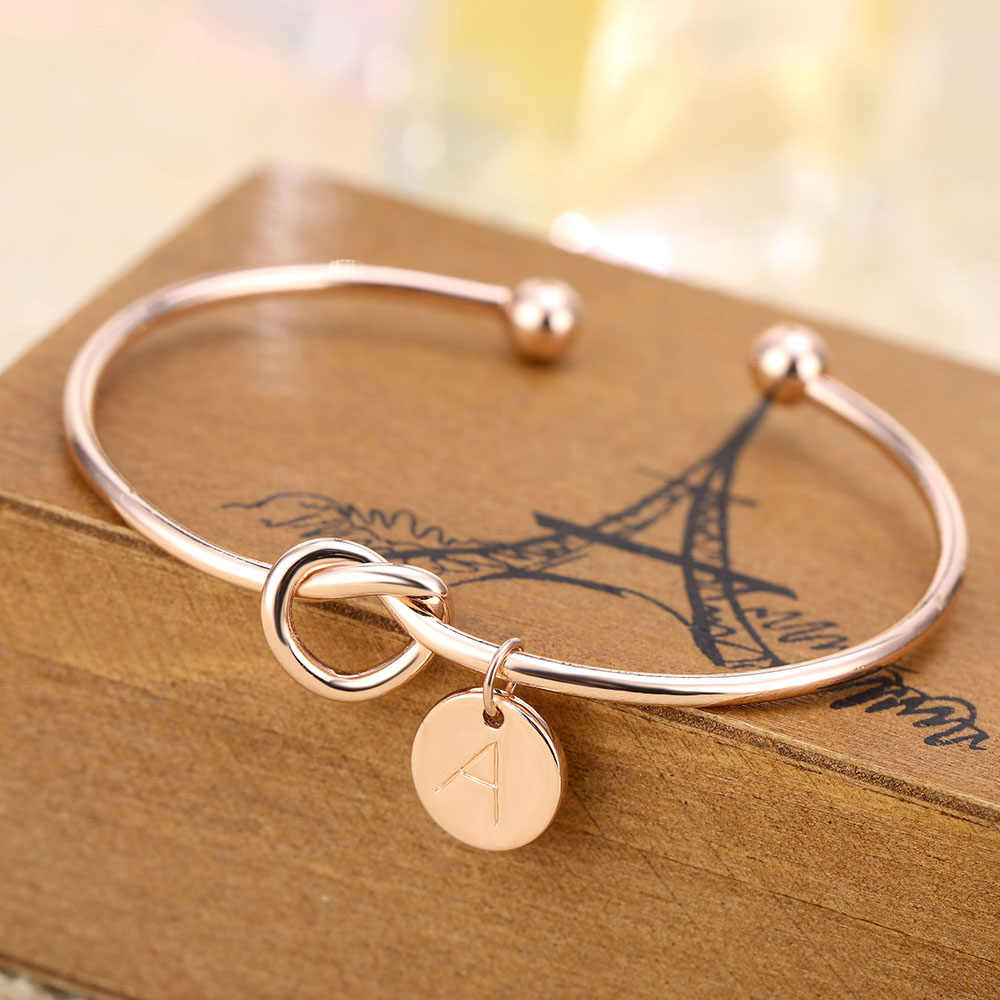 Moda simples torção manguito aberto nó pulseiras disco carta inicial charme pulseira para as mulheres cor de ouro rosa carta pulseiras
