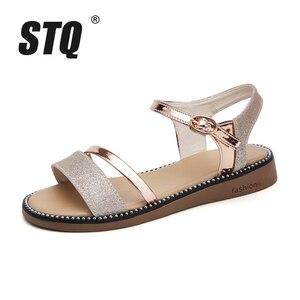 Image 2 - STQ Sandalias planas de goma para mujer, zapatos de tacón bajo para playa, estilo Gladiador, color negro y dorado, YY366, 2020