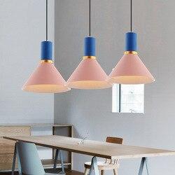 Charakter restauracja  żyrandol  kolorowe mcaron  nowoczesne  minimalistyczne salon  stół do jadalni  pokrywa  lampy i latarnie|Wiszące lampki|   -