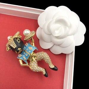 Image 4 - Amorita butik emaye bullheaded şövalye pin inci moda broş