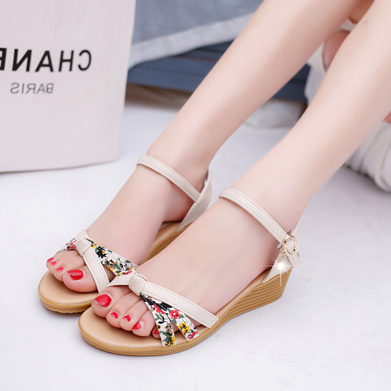 цены LAKESHI Print Wedge Sandals Women Sandals Bohemian Ladies Sandals 2018 Summer Flat Sandals Roman Casual Women Beach Shoes