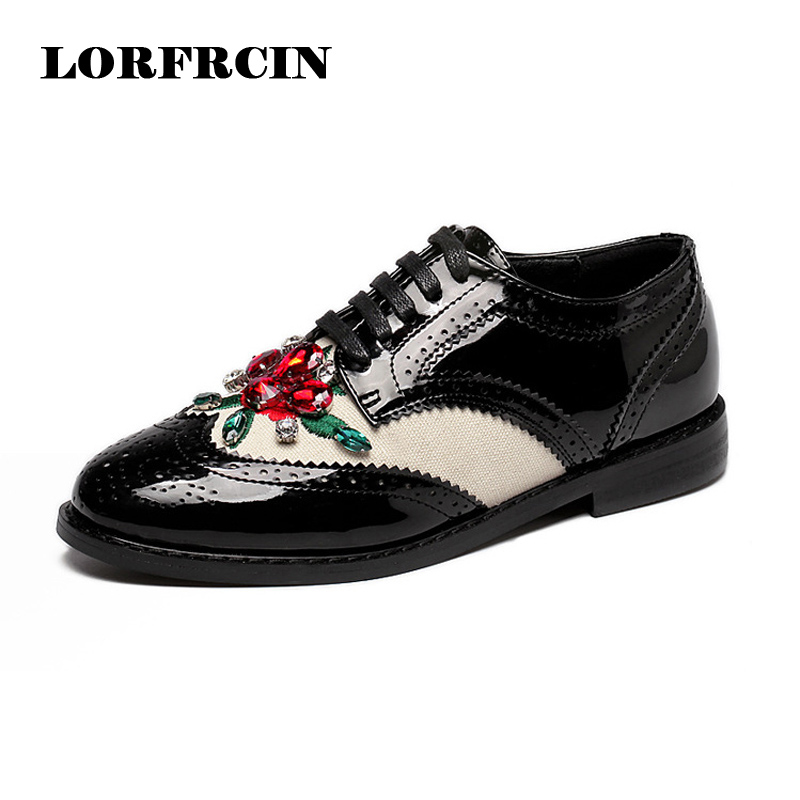 ФОТО Crystal Brogue Shoes Woman 2017 Spring Flower Oxfords Patent Leather Women Flats Vintage Style Lace-Up Ladies Shoes
