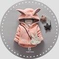 Otoño Invierno de los Bebés de Dibujos Animados Lindo Del Oído de Conejo Con Capucha Gruesa Chaqueta caliente escudo Niños Prendas de Abrigo con el Bolso casaco roupas de bebe