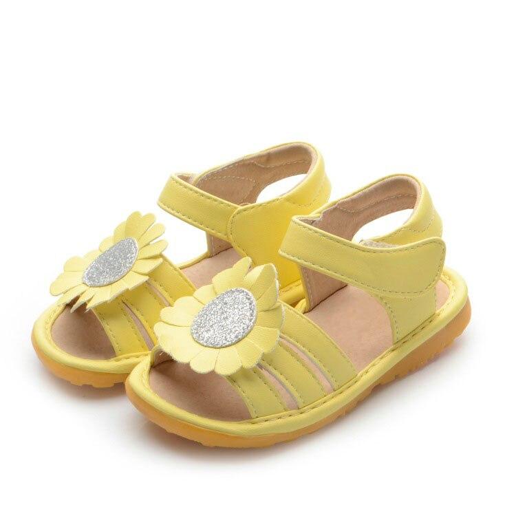 fcff85c3d 4 Colores Chillones Del Bebé Sandalias con Girasol Grande Muchacha Del Niño  Suaves Zapatos de Cuero En El Interior en de en AliExpress.com