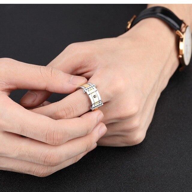мужское кольцо с фианитом обручальное черного и золотого цвета фотография