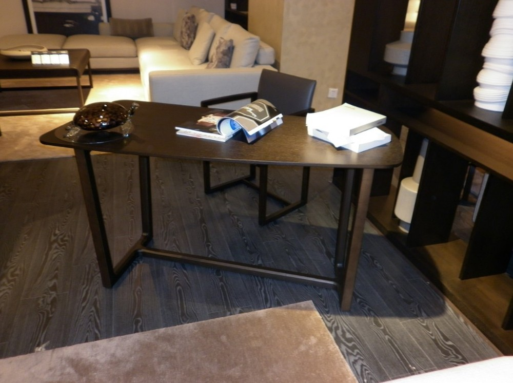 Minimalistische moderne woning bibliotheek tafel bureau kantoor