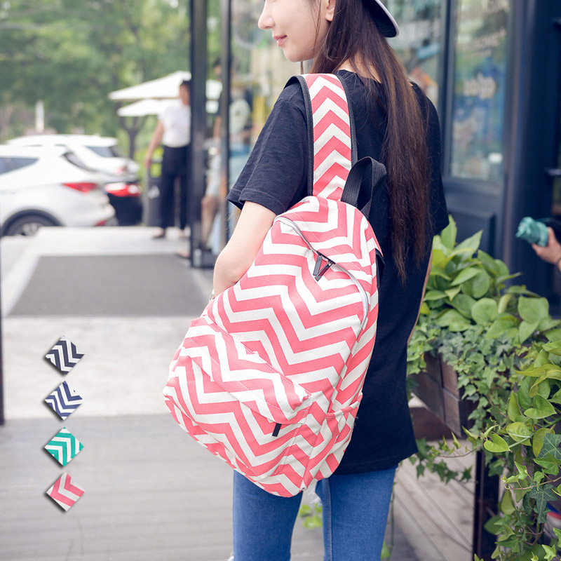 Девушка с полосатым рюкзаком картинка