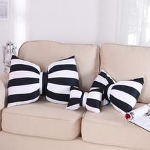 Super lindo de dibujos animados suave grande de rayas bowknot blanco y negro almohada cojín, asiento del sofá creativa coche a casa almohada decorada regalo