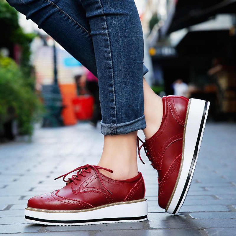 Женская обувь с перфорацией типа «броги» на платформе; обувь на плоской подошве из лакированной кожи; обувь на шнуровке; женские туфли-оксфорды на плоской подошве; женская обувь на плоской подошве