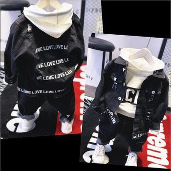a588f8f1b Venta caliente ropa de niños de marca niños ropa carta niños niño ropa  conjunto chaqueta de Jean + Sudadera con capucha + jeans 3 piezas de  algodón para ...