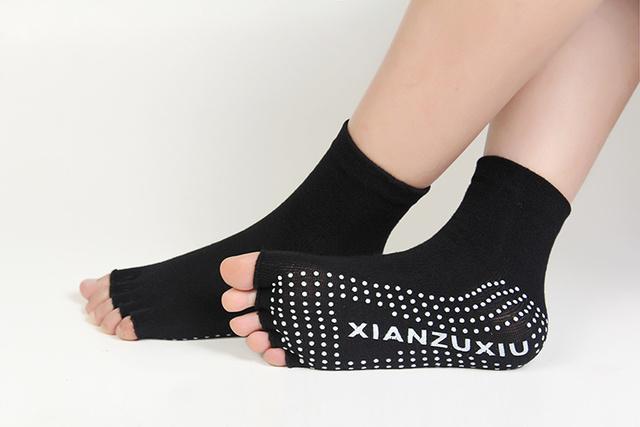 Calcetines de yoga antideslizantes de medio dedo para mujeres