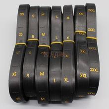 500 шт/партия Стоковая черная атласная этикетка с золотым текстом одежды этикетки с вышивкой/бирки с размерами